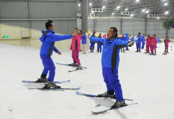 万博m手机版注册账号市区首家室内滑雪场试运营 三只熊滑雪场可容纳600人滑行