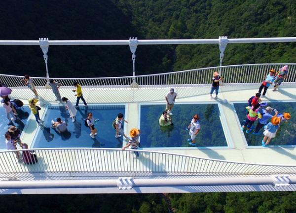 """张家界大峡谷玻璃桥成功试运行 八千游客体验""""云端漫步"""""""