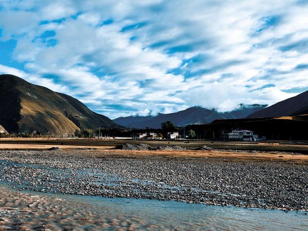 6月份适合去哪里旅游:香格里拉花海 雪山斑斓花海
